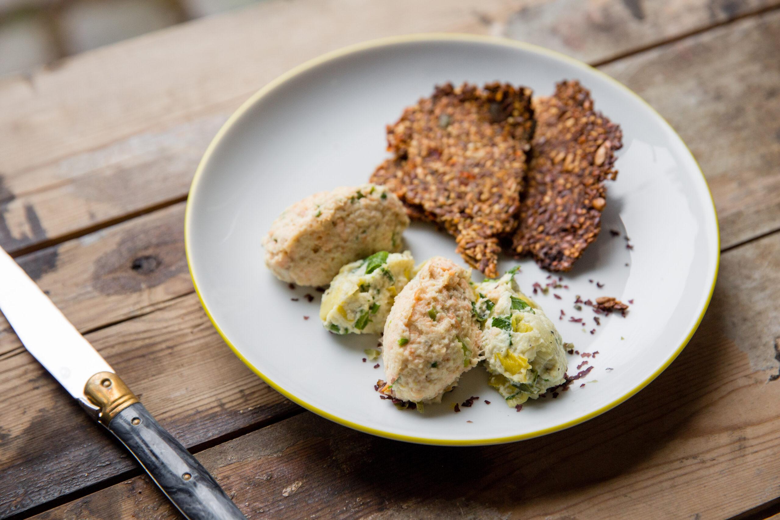 Crackers aux graines, fromage d'amande aux poireaux
